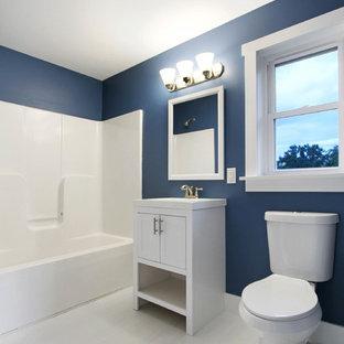 Idée de décoration pour une salle de bain principale design de taille moyenne avec un placard en trompe-l'oeil, des portes de placard blanches, une baignoire d'angle, un combiné douche/baignoire, un WC à poser, un mur bleu, un sol en bois peint, un plan vasque, un plan de toilette en surface solide, un sol blanc, une cabine de douche avec un rideau et un plan de toilette blanc.