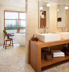 tropical bathroom by Rockefeller Partners Architects