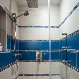 Imagen de cuarto de baño principal, contemporáneo, de tamaño medio, con lavabo encastrado, armarios con paneles lisos, puertas de armario de madera oscura, encimera de cuarzo compacto, bañera con patas, ducha esquinera, sanitario de una pieza, baldosas y/o azulejos azules, baldosas y/o azulejos de porcelana, paredes marrones y suelo de baldosas de porcelana