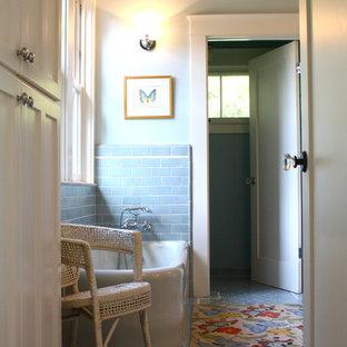 Foto di una stanza da bagno classica con vasca freestanding e pavimento blu