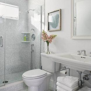 Kleines Maritimes Badezimmer En Suite mit Waschtischkonsole, Duschnische, Mosaikfliesen, Mosaik-Bodenfliesen, Wandtoilette mit Spülkasten, weißer Wandfarbe, offenen Schränken, weißen Schränken, grünen Fliesen, Mineralwerkstoff-Waschtisch, grünem Boden, Falttür-Duschabtrennung und weißer Waschtischplatte in Newark