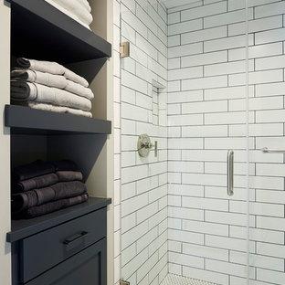 Inspiration för ett stort vintage badrum med dusch, med skåp i shakerstil, skåp i slitet trä, en öppen dusch, en toalettstol med hel cisternkåpa, vit kakel, tunnelbanekakel, grå väggar, klinkergolv i keramik, marmorbänkskiva och ett undermonterad handfat