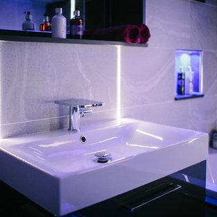 Foto di una piccola stanza da bagno per bambini design con vasca da incasso, WC monopezzo e lavabo a consolle