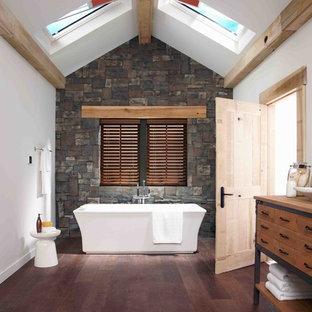 Idee per una stanza da bagno padronale country di medie dimensioni con consolle stile comò, ante in legno scuro, top in legno, vasca freestanding, pareti bianche, parquet scuro, lavabo a bacinella e top marrone