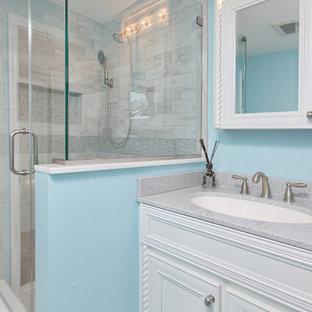 Idéer för ett mellanstort maritimt badrum med dusch, med möbel-liknande, vita skåp, en hörndusch, en toalettstol med separat cisternkåpa, flerfärgad kakel, keramikplattor, blå väggar, klinkergolv i keramik, ett undermonterad handfat och bänkskiva i glas