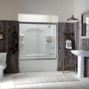 Foto de cuarto de baño principal, rústico, de tamaño medio, con lavabo con pedestal, bañera empotrada, combinación de ducha y bañera, sanitario de dos piezas, paredes multicolor y suelo de madera pintada