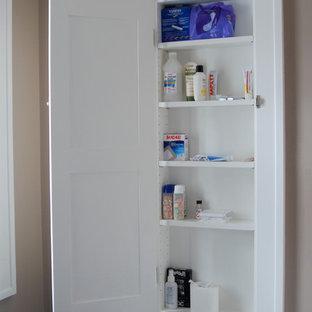 Ispirazione per una stanza da bagno padronale stile americano con ante in stile shaker, ante bianche e pareti marroni