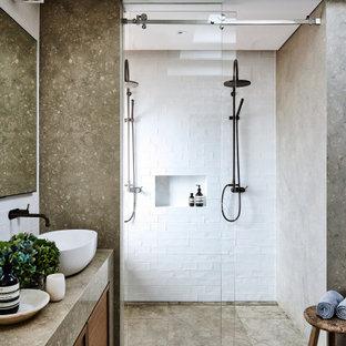 Modernes Duschbad mit dunklen Holzschränken, Duschnische, weißen Fliesen, Aufsatzwaschbecken, braunem Boden, Schiebetür-Duschabtrennung, brauner Waschtischplatte, Nische, eingebautem Waschtisch und eingelassener Decke in Sydney