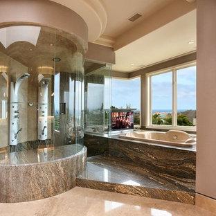 Ispirazione per una grande stanza da bagno padronale design con ante in legno scuro, vasca idromassaggio, doccia aperta, piastrelle multicolore, lastra di pietra, pavimento in travertino e top in quarzo composito