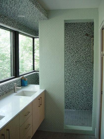 modern bathroom by Studio Momentum Architects, PC