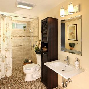 Свежая идея для дизайна: ванная комната среднего размера в классическом стиле с фасадами с филенкой типа жалюзи, темными деревянными фасадами, душем без бортиков, раздельным унитазом, керамогранитной плиткой, бежевыми стенами, полом из мозаичной плитки, душевой кабиной, подвесной раковиной, бежевым полом и шторкой для ванной - отличное фото интерьера