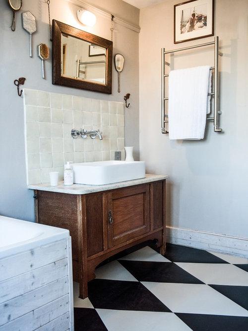 Kleines Shabby Style Badezimmer Mit Schrankfronten Mit Vertiefter Füllung,  Hellbraunen Holzschränken, Einbaubadewanne,