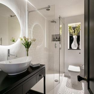 Idéer för att renovera ett litet funkis svart svart badrum, med släta luckor, svarta skåp, en öppen dusch, en toalettstol med hel cisternkåpa, vit kakel, tunnelbanekakel, vita väggar, ett fristående handfat, vitt golv och med dusch som är öppen