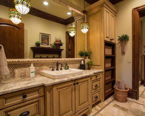 Einrichtungsidee Für Mediterrane Badezimmer Mit Einbauwaschbecken,  Profilierten Schrankfronten, Beigefarbenen Fliesen Und Gelben Schränken In