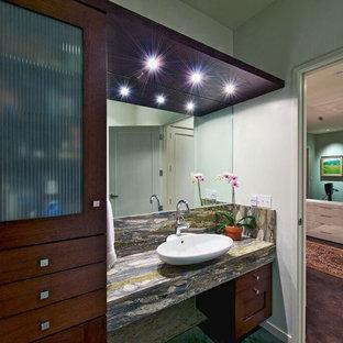 他の地域の中サイズのモダンスタイルのおしゃれなバスルーム (浴槽なし) (フラットパネル扉のキャビネット、濃色木目調キャビネット、アルコーブ型シャワー、一体型トイレ、白い壁、コンクリートの床、ベッセル式洗面器、珪岩の洗面台) の写真