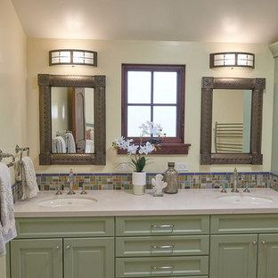 Esempio di una piccola stanza da bagno chic con ante con riquadro incassato, ante in legno bruno, WC monopezzo, piastrelle multicolore, piastrelle in ceramica, pareti gialle, pavimento in terracotta, lavabo sottopiano, top in quarzo composito, pavimento rosso e top beige