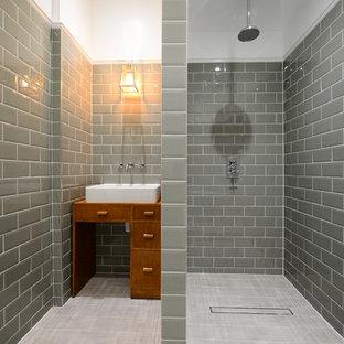 Mittelgroßes Klassisches Badezimmer En Suite mit verzierten Schränken, hellbraunen Holzschränken, Porzellan-Bodenfliesen, Aufsatzwaschbecken, offener Dusche, grauen Fliesen, Metrofliesen und offener Dusche in London