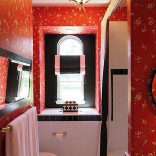 Ispirazione per una stanza da bagno con doccia moderna di medie dimensioni con ante lisce, ante in legno chiaro, vasca ad alcova, vasca/doccia, WC a due pezzi, pistrelle in bianco e nero, piastrelle di vetro, pareti rosse, pavimento in gres porcellanato, lavabo da incasso e top piastrellato