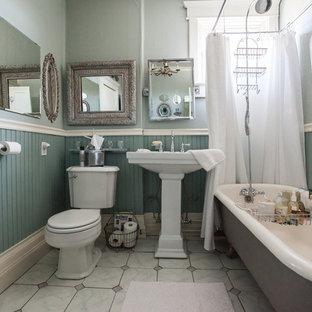 Idéer för ett litet lantligt badrum med dusch, med ett piedestal handfat, ett badkar med tassar, grå kakel, stenkakel, marmorgolv, en dusch/badkar-kombination, grå väggar, grått golv och dusch med duschdraperi