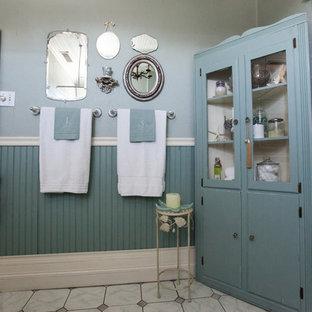 Esempio di una piccola stanza da bagno con doccia country con lavabo a colonna, vasca con piedi a zampa di leone, piastrelle grigie, piastrelle in pietra, pavimento in marmo, vasca/doccia, pareti grigie, pavimento grigio e doccia con tenda