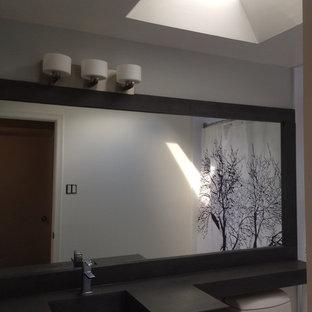 Mittelgroßes Modernes Badezimmer En Suite mit offenen Schränken, dunklen Holzschränken, Badewanne in Nische, Duschbadewanne, Toilette mit Aufsatzspülkasten, weißen Fliesen, Fliesen aus Glasscheiben, grauer Wandfarbe, Keramikboden, integriertem Waschbecken und Beton-Waschbecken/Waschtisch in Toronto