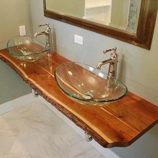 Imagen de cuarto de baño principal, rústico, pequeño, con paredes blancas, encimera de madera y lavabo sobreencimera