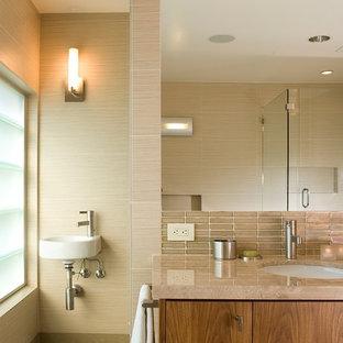Foto di una stanza da bagno padronale design di medie dimensioni con lavabo sospeso, ante lisce, ante in legno bruno, piastrelle marroni, piastrelle di vetro e pavimento in gres porcellanato