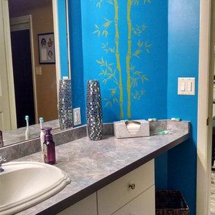 Ejemplo de cuarto de baño principal, bohemio, de tamaño medio, con armarios con paneles lisos, puertas de armario blancas, bañera esquinera, ducha abierta, sanitario de una pieza, baldosas y/o azulejos grises, baldosas y/o azulejos blancos, baldosas y/o azulejos de piedra, paredes azules, suelo de baldosas de cerámica, lavabo encastrado, encimera de esteatita, suelo gris y ducha abierta
