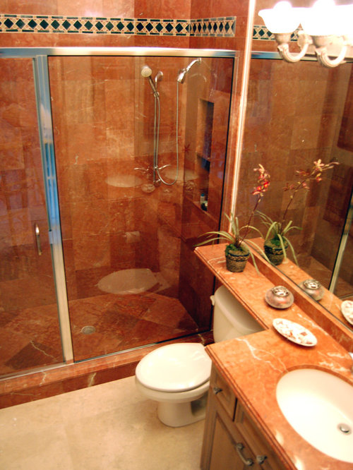 Salle de bain avec un sol en travertin et un carrelage for Cabine de douche avec wc et lavabo
