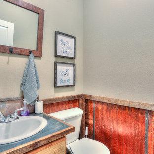 Foto de cuarto de baño rústico, pequeño, con puertas de armario con efecto envejecido, armarios con paneles lisos, sanitario de una pieza, lavabo encastrado, encimera de acero inoxidable y encimeras grises