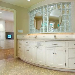 Foto di una grande stanza da bagno padronale tradizionale con consolle stile comò, ante bianche, doccia ad angolo, pareti beige, pavimento in sughero, lavabo sottopiano, top in quarzo composito, pavimento marrone e doccia aperta