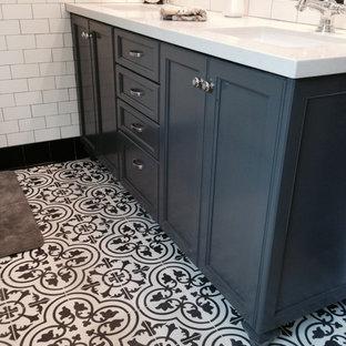 Inspiration för mellanstora klassiska en-suite badrum, med luckor med infälld panel, blå skåp, ett platsbyggt badkar, en hörndusch, svart kakel, svart och vit kakel, vit kakel, tunnelbanekakel, vita väggar, klinkergolv i keramik, ett undermonterad handfat och bänkskiva i kalksten