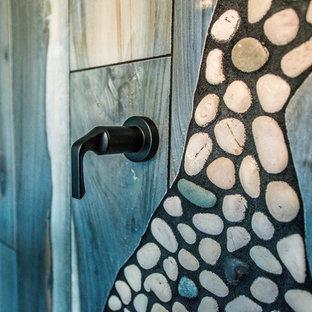 Imagen de cuarto de baño principal, clásico renovado, de tamaño medio, con armarios con rebordes decorativos, puertas de armario blancas, bañera exenta, ducha empotrada, baldosas y/o azulejos marrones, baldosas y/o azulejos de porcelana, paredes azules, suelo de baldosas de porcelana, lavabo bajoencimera, encimera de terrazo, suelo marrón y ducha con puerta con bisagras