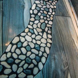 Bild på ett mellanstort vintage en-suite badrum, med luckor med profilerade fronter, vita skåp, ett fristående badkar, en dusch i en alkov, brun kakel, porslinskakel, blå väggar, klinkergolv i porslin, ett undermonterad handfat, bänkskiva i terrazo, brunt golv och dusch med gångjärnsdörr