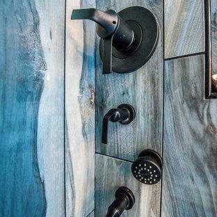 Idéer för att renovera ett mellanstort vintage en-suite badrum, med luckor med profilerade fronter, vita skåp, ett fristående badkar, en dusch i en alkov, brun kakel, porslinskakel, blå väggar, klinkergolv i porslin, ett undermonterad handfat, bänkskiva i terrazo, brunt golv och dusch med gångjärnsdörr