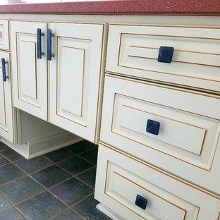 Idéer för ett klassiskt röd badrum, med vita skåp, klinkergolv i keramik, granitbänkskiva och grått golv
