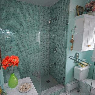 Imagen de cuarto de baño infantil, bohemio, pequeño, con lavabo bajoencimera, armarios con paneles empotrados, puertas de armario blancas, encimera de granito, ducha empotrada, sanitario de una pieza, baldosas y/o azulejos azules, baldosas y/o azulejos de vidrio, paredes azules y suelo de baldosas de cerámica