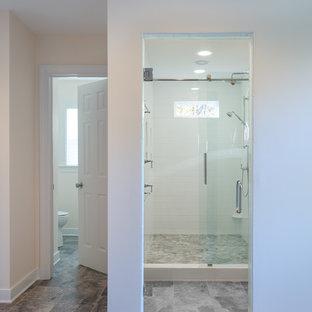Ejemplo de cuarto de baño principal, clásico renovado, de tamaño medio, con armarios con paneles empotrados, puertas de armario blancas, ducha empotrada, paredes beige, suelo de linóleo, lavabo bajoencimera y encimera de granito