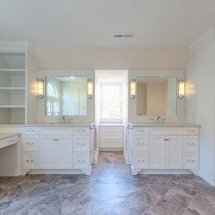 Foto de cuarto de baño principal, clásico renovado, de tamaño medio, con armarios con paneles empotrados, puertas de armario blancas, paredes beige, suelo de linóleo, lavabo bajoencimera y encimera de granito