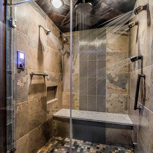 Diseño de cuarto de baño principal, de estilo zen, de tamaño medio, con lavabo bajoencimera, armarios con paneles empotrados, puertas de armario grises, encimera de cuarzo compacto, ducha empotrada, sanitario de dos piezas, baldosas y/o azulejos multicolor, baldosas y/o azulejos de porcelana, parades naranjas y suelo de baldosas de porcelana