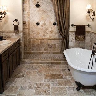 Foto de cuarto de baño principal, clásico, de tamaño medio, con armarios estilo shaker, puertas de armario de madera en tonos medios, bañera con patas, ducha empotrada, baldosas y/o azulejos de travertino, paredes beige, lavabo encastrado, encimera de azulejos, suelo beige y ducha con cortina