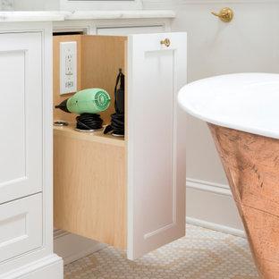 Inspiration för stora klassiska vitt en-suite badrum, med luckor med infälld panel, vita skåp, ett fristående badkar, en dusch i en alkov, en toalettstol med separat cisternkåpa, vit kakel, keramikplattor, beige väggar, marmorgolv, ett undermonterad handfat, marmorbänkskiva, beiget golv och dusch med gångjärnsdörr