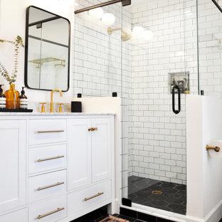 Ejemplo de cuarto de baño con ducha, clásico renovado, con armarios estilo shaker, puertas de armario blancas, ducha esquinera, baldosas y/o azulejos blancos, baldosas y/o azulejos de cemento, paredes blancas, lavabo bajoencimera, suelo negro, ducha con puerta con bisagras y encimeras multicolor