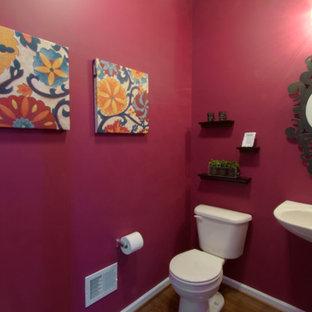 Foto de cuarto de baño con ducha con lavabo sobreencimera, sanitario de una pieza, paredes rojas y suelo de madera en tonos medios
