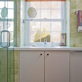 Foto de cuarto de baño principal, contemporáneo, de tamaño medio, con sanitario de una pieza, baldosas y/o azulejos de cerámica, suelo de corcho, lavabo integrado, encimera de cemento, ducha con puerta con bisagras, armarios tipo mueble, puertas de armario beige, ducha esquinera, baldosas y/o azulejos beige, paredes blancas y suelo beige