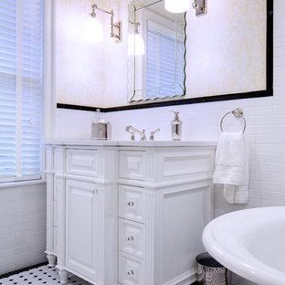 Idee per un'ampia stanza da bagno con doccia chic con consolle stile comò, ante bianche, vasca freestanding, piastrelle bianche, piastrelle a mosaico, pareti gialle, pavimento con piastrelle a mosaico, lavabo sottopiano, top in granito, pavimento multicolore e top bianco