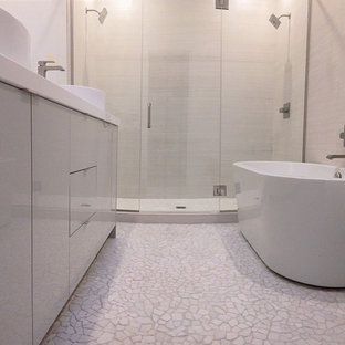 シカゴの中サイズのモダンスタイルのおしゃれなバスルーム (浴槽なし) (フラットパネル扉のキャビネット、白いキャビネット、置き型浴槽、アルコーブ型シャワー、ベージュの壁、玉石タイル、アンダーカウンター洗面器、珪岩の洗面台、白い床、開き戸のシャワー) の写真