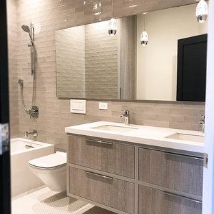 Idéer för mellanstora funkis badrum för barn, med släta luckor, skåp i slitet trä, ett badkar i en alkov, en dusch/badkar-kombination, en vägghängd toalettstol, grå kakel, porslinskakel, grå väggar, klinkergolv i småsten, ett undermonterad handfat, bänkskiva i kvarts, vitt golv och med dusch som är öppen