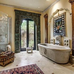 Пример оригинального дизайна: большая главная ванная комната в стиле фьюжн с отдельно стоящей ванной, угловым душем, мраморным полом, бежевыми стенами и бежевым полом