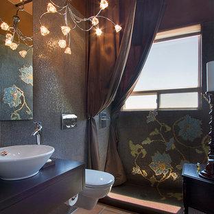 Modernes Badezimmer mit Mosaikfliesen, offener Dusche, Aufsatzwaschbecken, Wandtoilette, blauen Fliesen, Terrakottaboden und Duschvorhang-Duschabtrennung in Phoenix